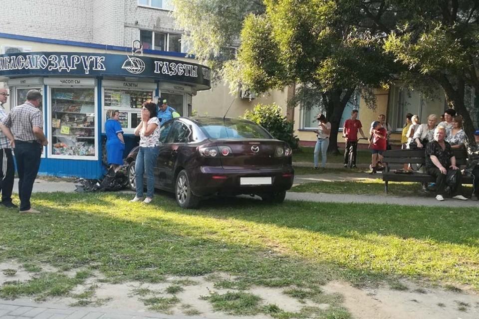 Машина на скорости выехала с парковки и врезалась в кисок. Фото: УВД Гродненского облисполкома.