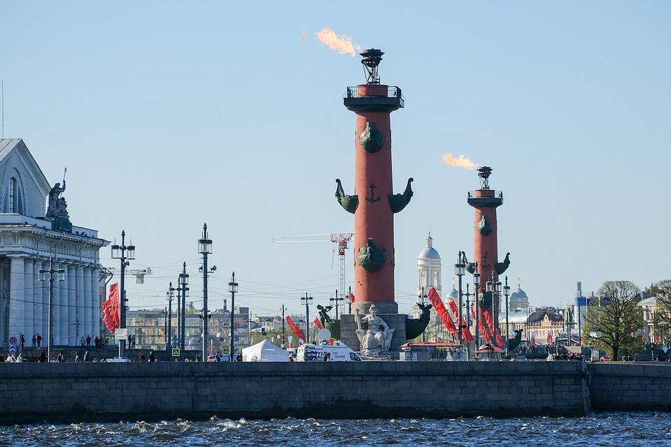 Ростральные колонны на Стрелке Васильевского острова зажгут в честь Дня Военно-морского флота в Петербурге