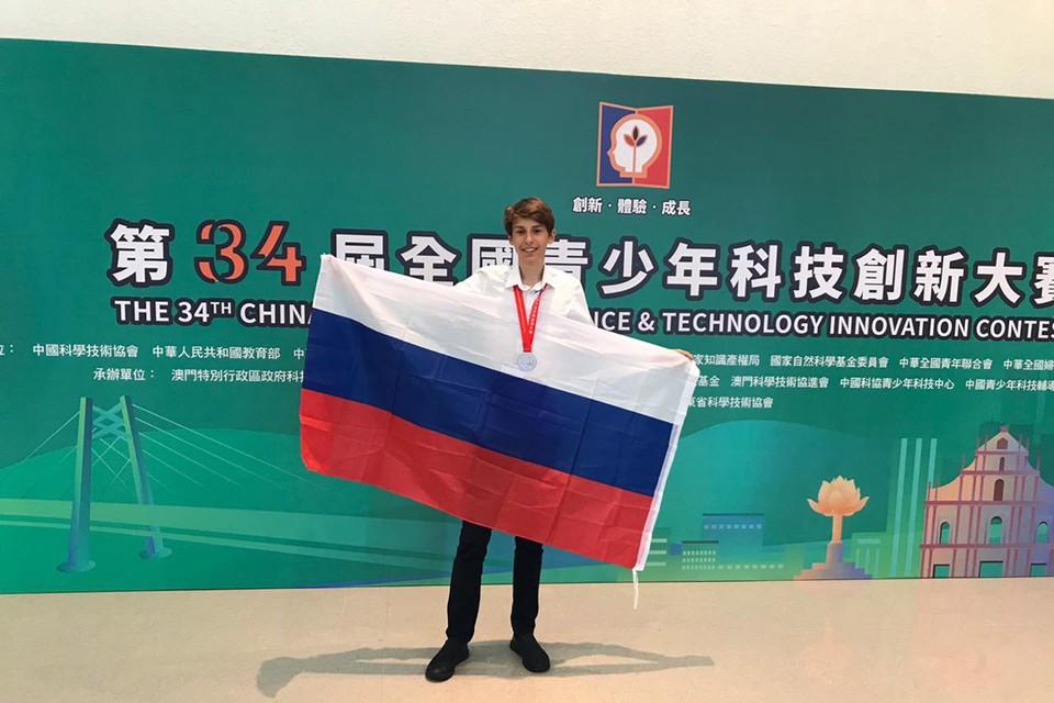 На днях Саша привез серебряную медаль с конкурса инженеров в Китае. Фото: из семейного архива.