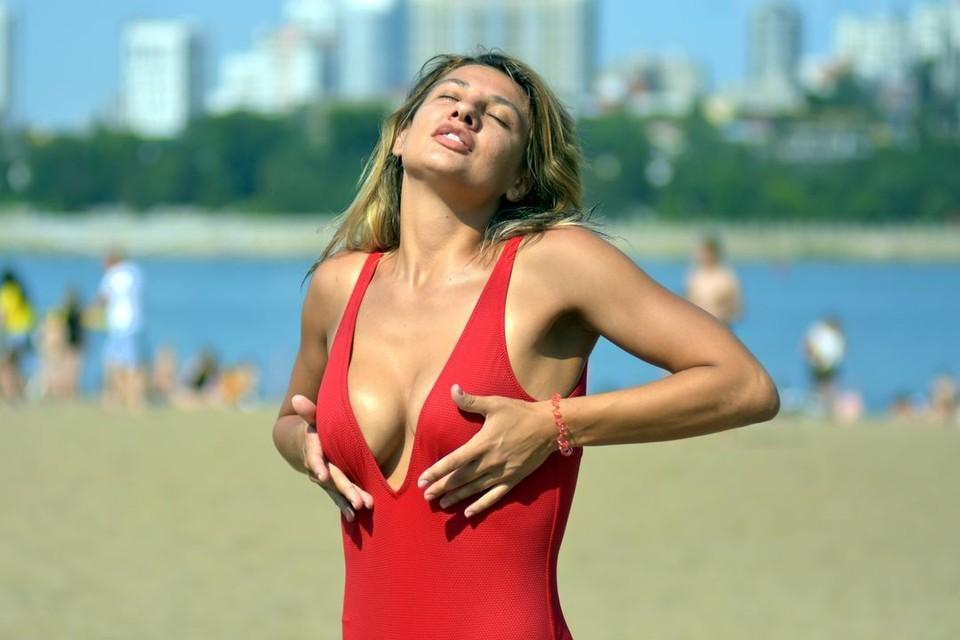На пляже девушки разгорячились!