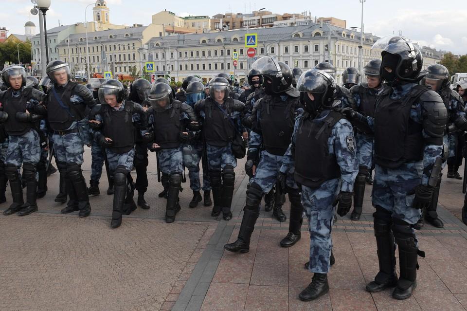 На несанкционированном митинге многие силовики прятали лица под масками. Ведь протестующие объявили на них охоту.