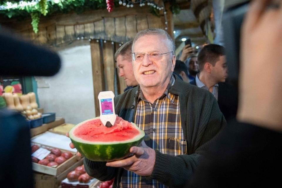 Владимир Жириновский на рынке. Фото: пресс-службы ЛДПР