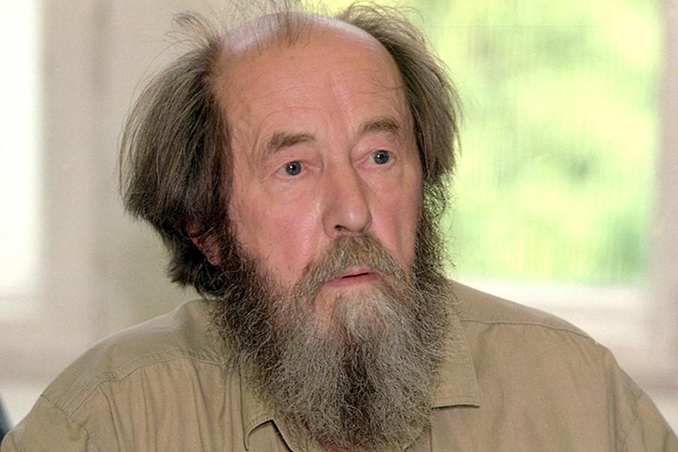 Солженицын - национальный диссидент, национальный пророк - учит нас чему-то очень простому и очень сложному одновременно