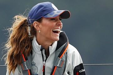 Кейт Миддлтон в коротких шортах блеснула длинными ногами на яхте