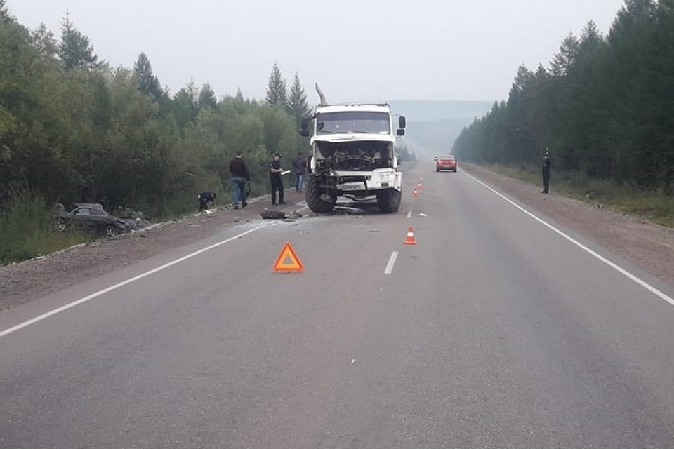 Опытный водитель «КамАЗа» остановился во избежание непредвиденных маневров иномарки, но это не помогло.