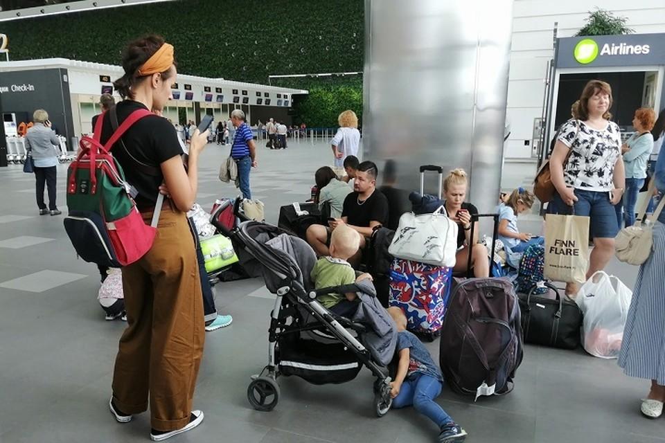 Люди ждут, когда же смогут вылететь в Москву.
