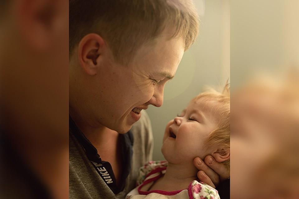 """Александр хочет одного: чтобы дочка улыбалась, дышала, разговаривала и жила, а он всегда будет рядом. Фото: фонд """"Дедморозим"""""""