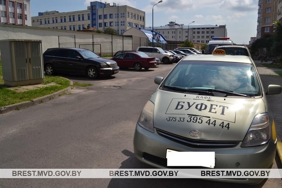 Водитель не заметил малыша, выбежавшего из-за машин. Фото: УВД Брестского облисполкома.