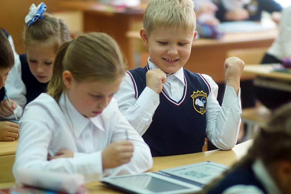 На mos.ru можно записать ученика в бесплатные кружки и секции, в группу продленного дня, оформить бесплатное питание в школьной столовой