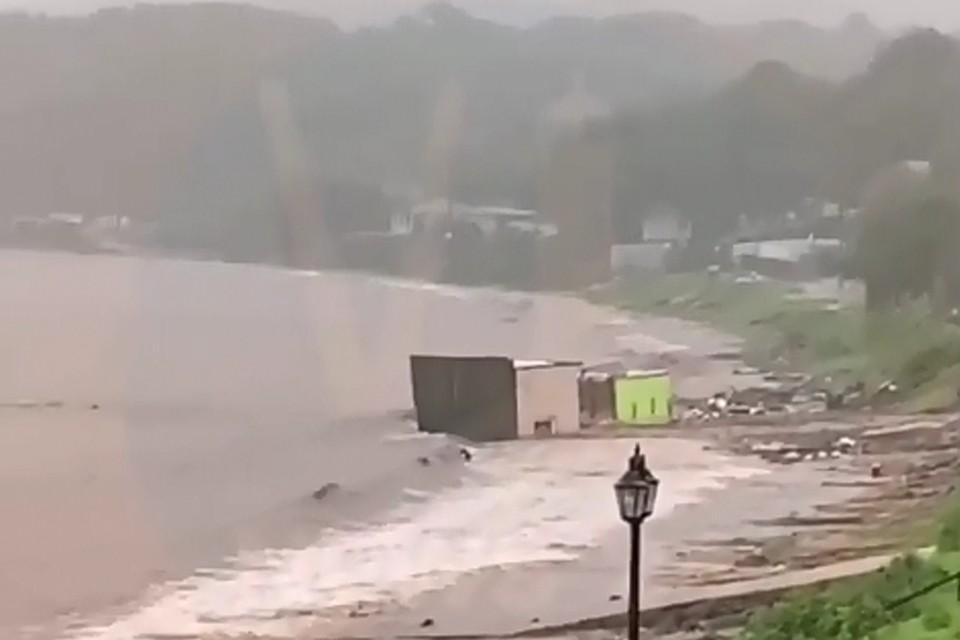 Оползень снес в море дома в Приморье