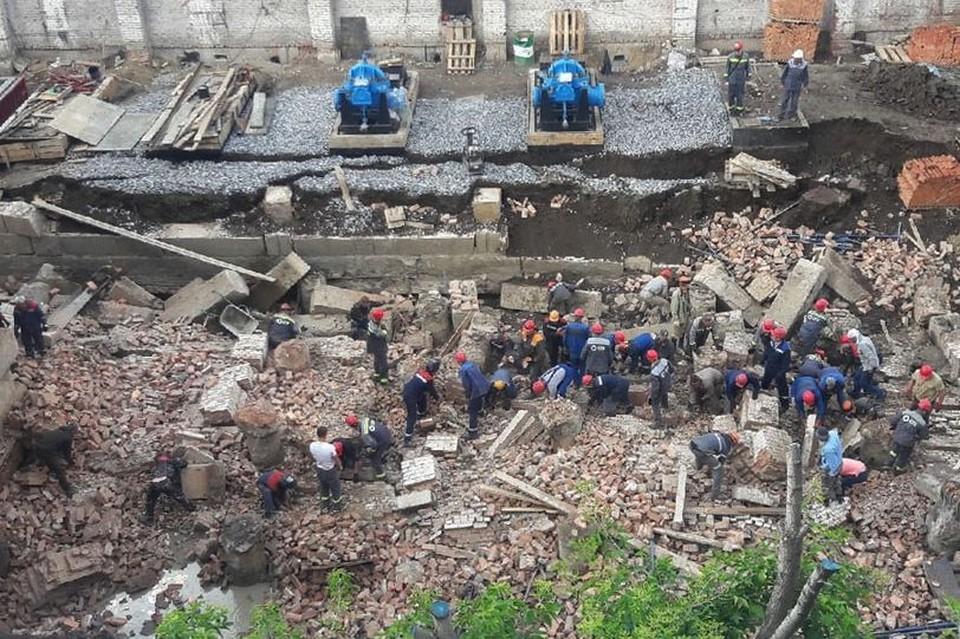 Людей пытаются вытащить из-под завалов.