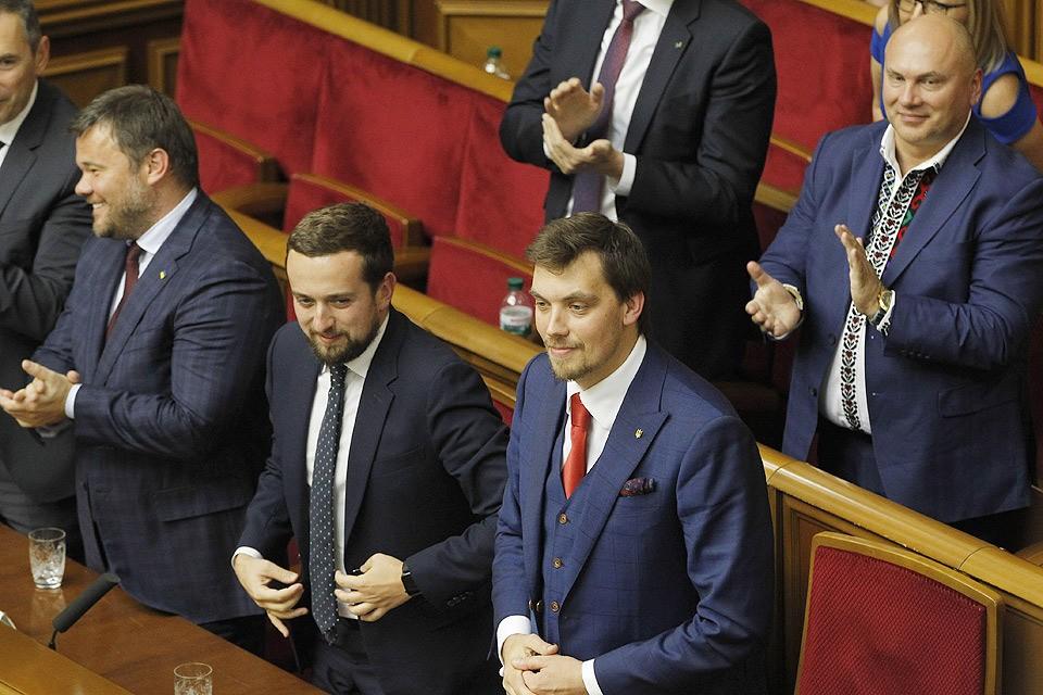 На первом заседании нового состава Верховной рады депутаты утвердили состав правительства Украины.