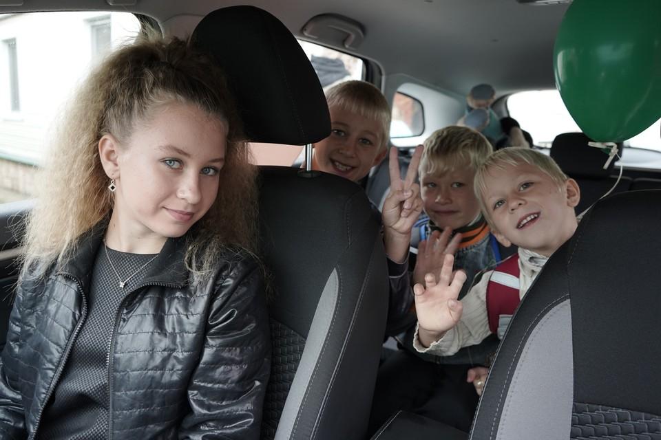 Все дети семьи Романовых учатся в разных школах.