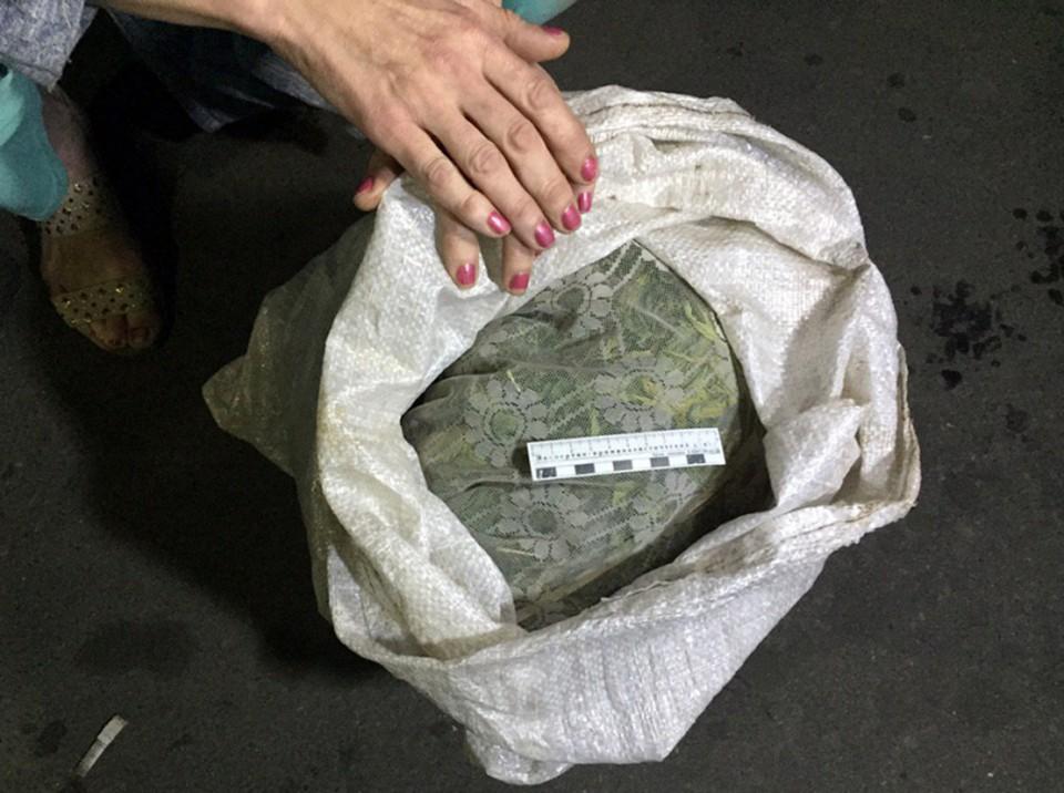 50-летняя орловчанка хранила в своей машине мешок марихуаны. Фото: пресс-служба УМВД России по Орловской области