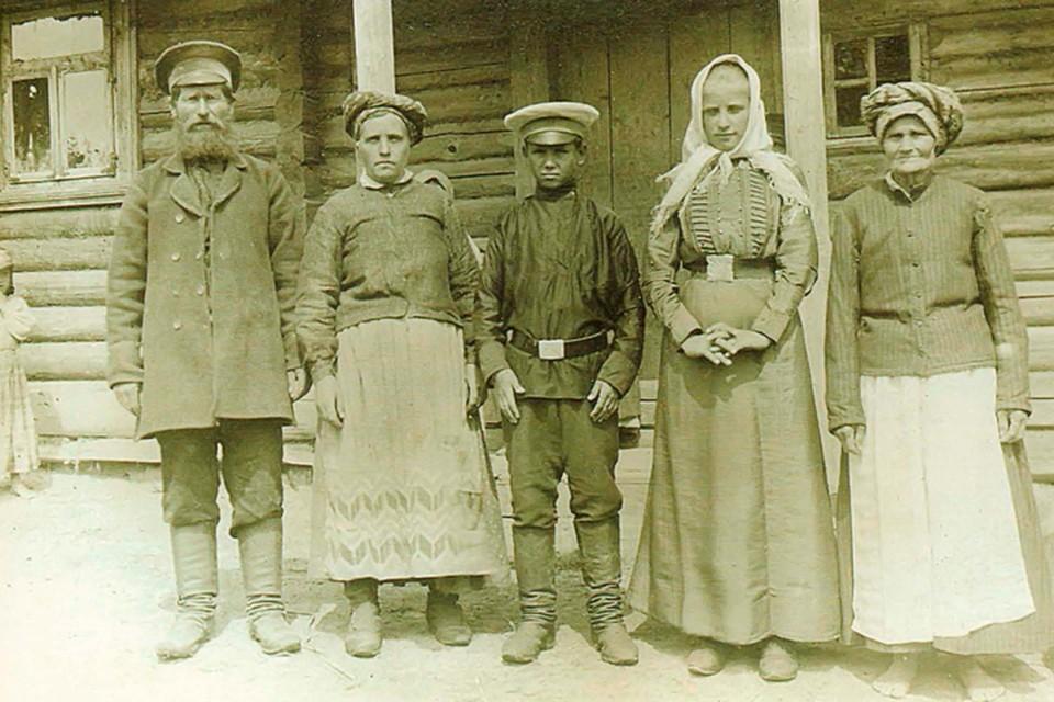 По этому снимку, сделанному на Случчине в 1912 году, видно: в мужскую моду уже вошли картузы, а женщины помоложе носят платки. Фото: Исаак СЕРБОВ