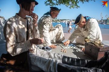 На Графской пристани буянили пьяные матросы, а на пляже «Хрустальном» появились ретро-купальни