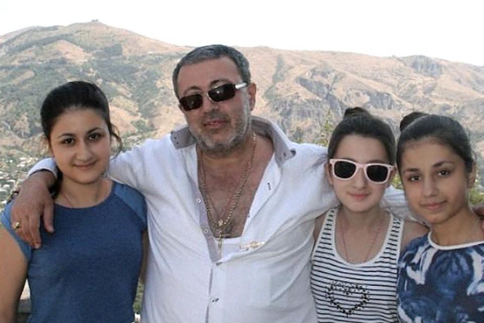 Михаил Хачатурян с дочерьми. Со стороны всем казалось, что это очень приличная семья.