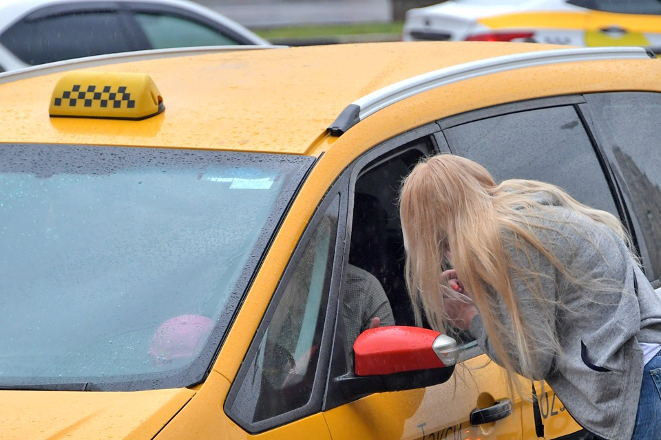 Таксист избил москвичку за замечание.