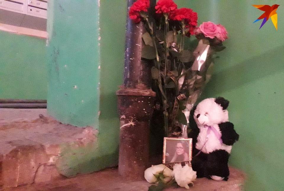 На место убийства Екатерины несут цветы и игрушки