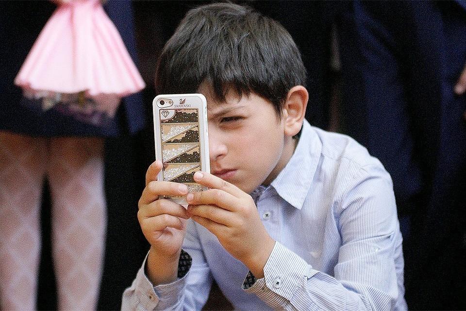 Во многих школах ввели новое правило: мобильники перед уроком требуется сдать