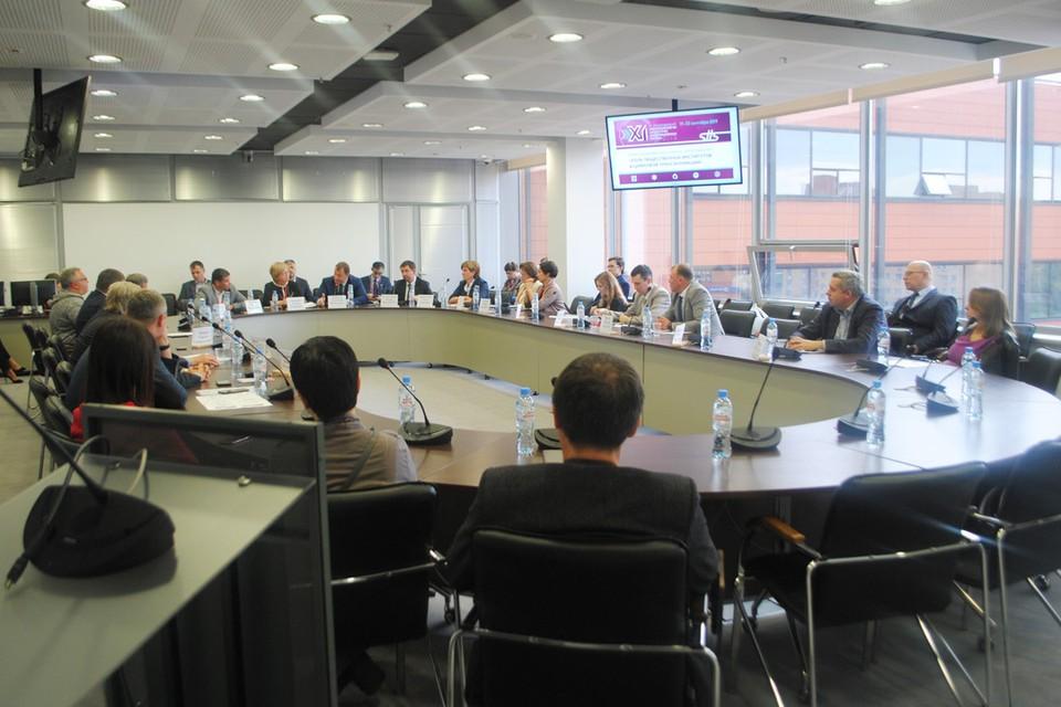 За круглым столом собрались представители разных общественных институтов.