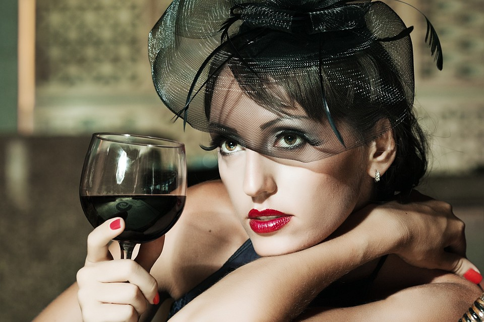 Блеск роскошной дамы добавляет солидности ее спутнику и подчеркивает его статус среди мужчин