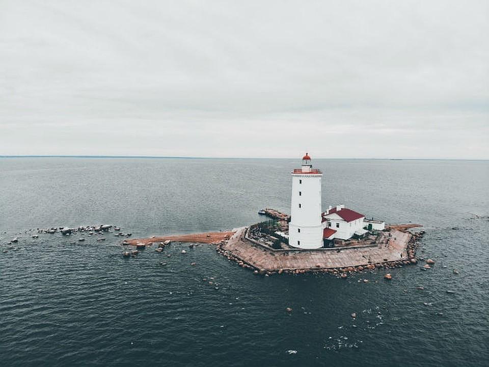 У маяка Толбухин в Финском залива заметили бушующие волны.