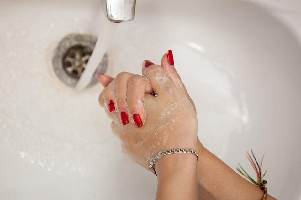 Как показали результаты исследования, чтобы обезопасить себя от возбудителей инфекций, нужно мыть руки мылом или протирать их антисептиков как минимум четыре минуты!
