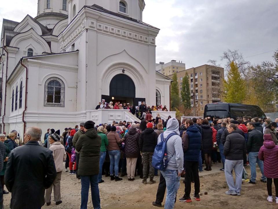 Тысячи людей собрались вокруг храма, где проходит отпевание убитой Лизы Киселевой