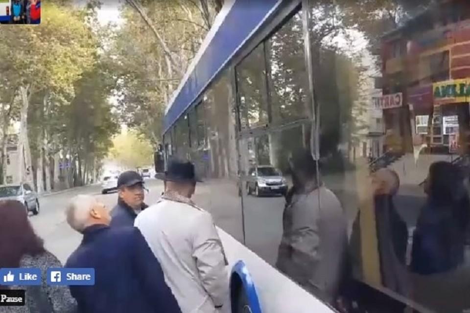 В Кишиневе в День города из пистолета обстреляли троллейбус. Фото: скриншот из видео