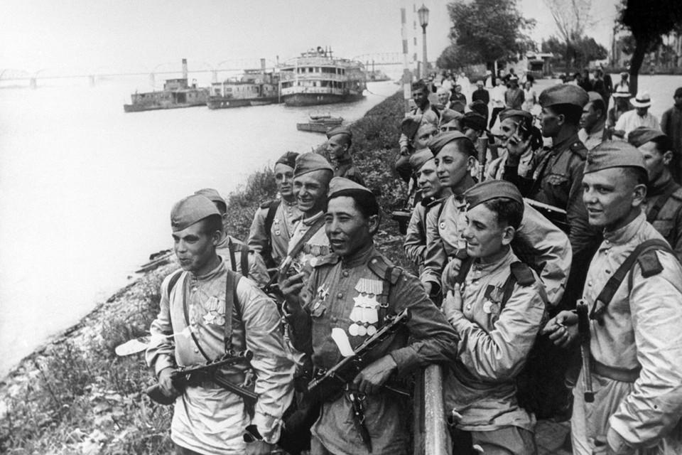 Маньчжурия. Советские воины в Харбине на берегу реки Сунгари, 9 августа 1945 года. Фото: ТАСС