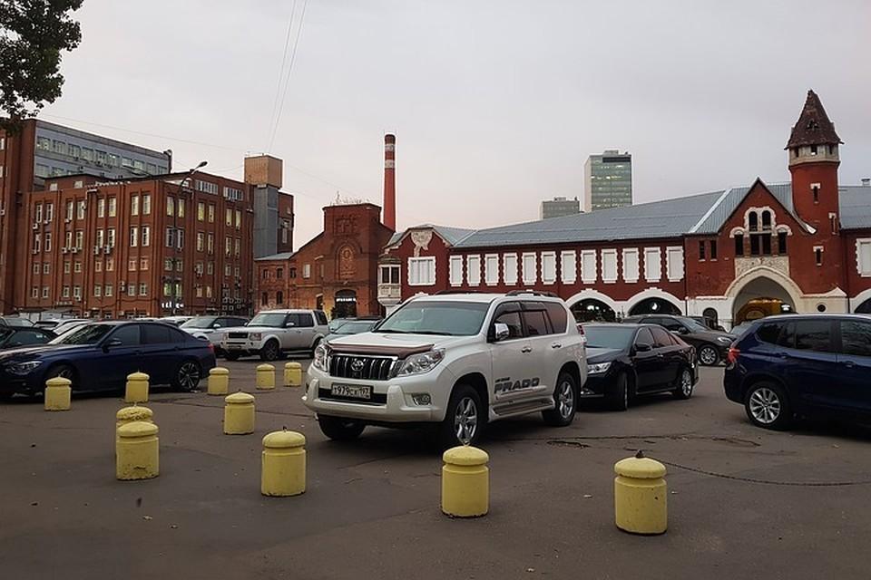 Дворы на Бадаевском заводе заблокированы машинами.