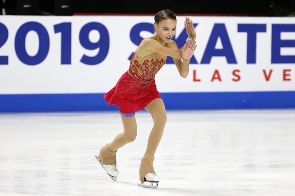 Аня Щербакова начинает свое выступление в синем платье, а заканчивает - в красном.