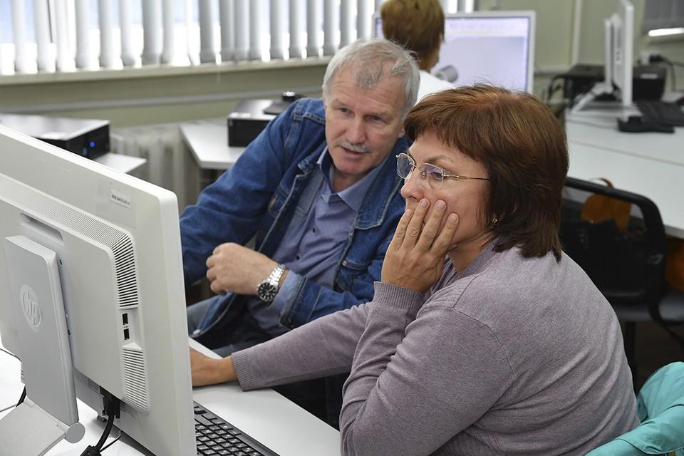 Физикам-ветеранам приходится менять карандаш с рейсфедером на компьютер. Автор фото: Борис СОРОКИН