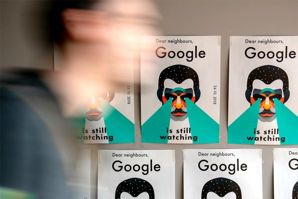 """Плакат """"Гугл наблюдает"""" на компьютерной конференции в Германии."""
