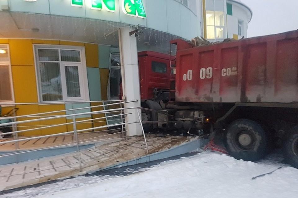 Остановить грузовик смогла только стена детсада. Фото из соцсети ВКонтакте