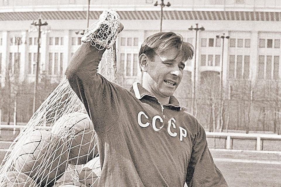 Лев Яшин в «Лужниках» после тренировки. Фото: Вячеслав Ун Да-син/ТАСС