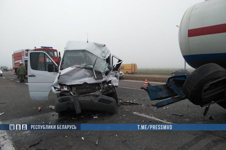 В тумане водитель маршрутки не заметил грузовик с цистерной, пострадали восемь человек. Фото: МВД.