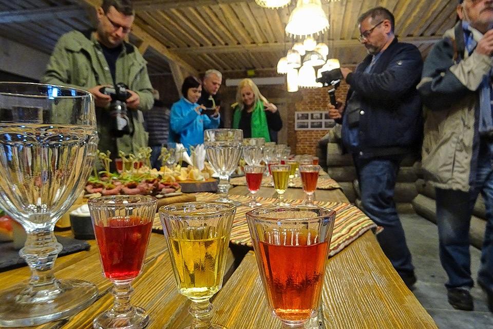 Дегустация разного рода настоек в Гаврилове Посаде, где работает музей национальных напитков.
