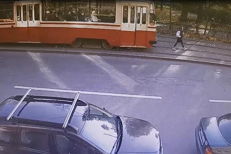В Петербурге трамвай сбил и несколько метров протащил девушку