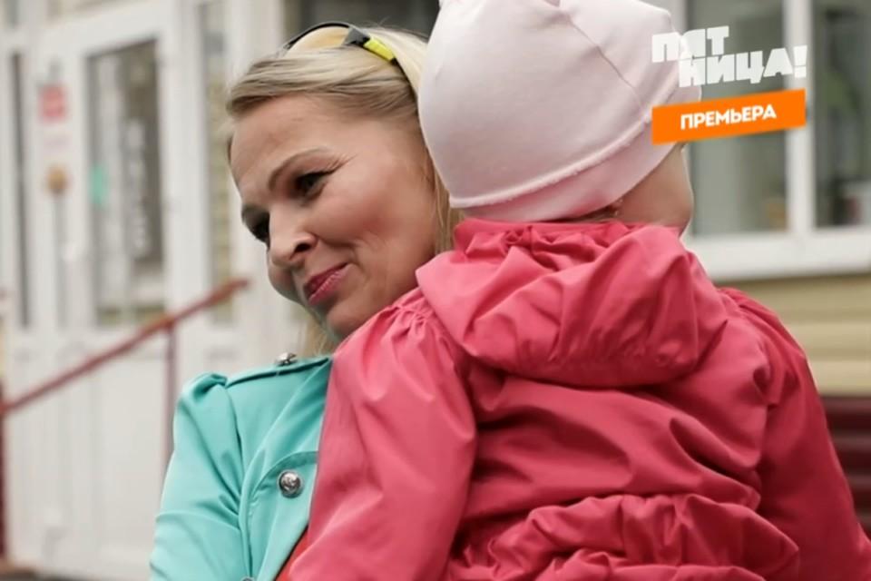 Алла работала вместе с ребенком. Фото: телеканал Пятница