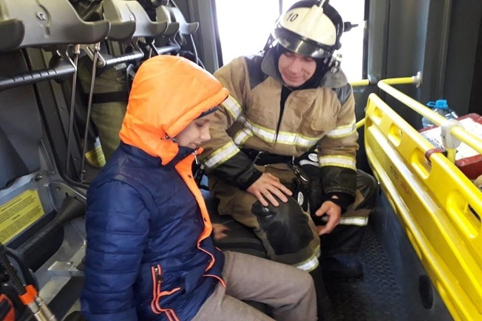 Мальчик побывал в пожарной машине. Фото:пресс-служба ГУ МЧС по Ростовской области