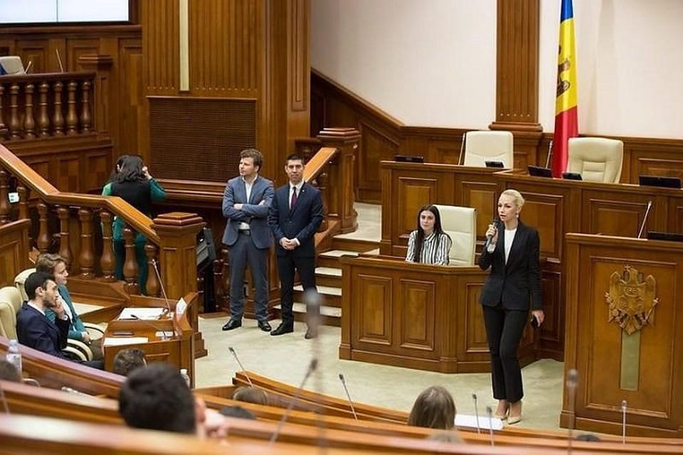 Марина Таубер рассказала молодежному парламенту, какой славный парень Илан Шор (Фото: соцсети).