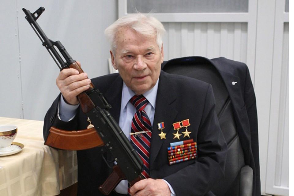 К концу жизни сержант Михаил Калашников стал генерал-лейтенантом, дважды Героем Соцтруда и Героем России. А у его автомата - 150 модификаций.