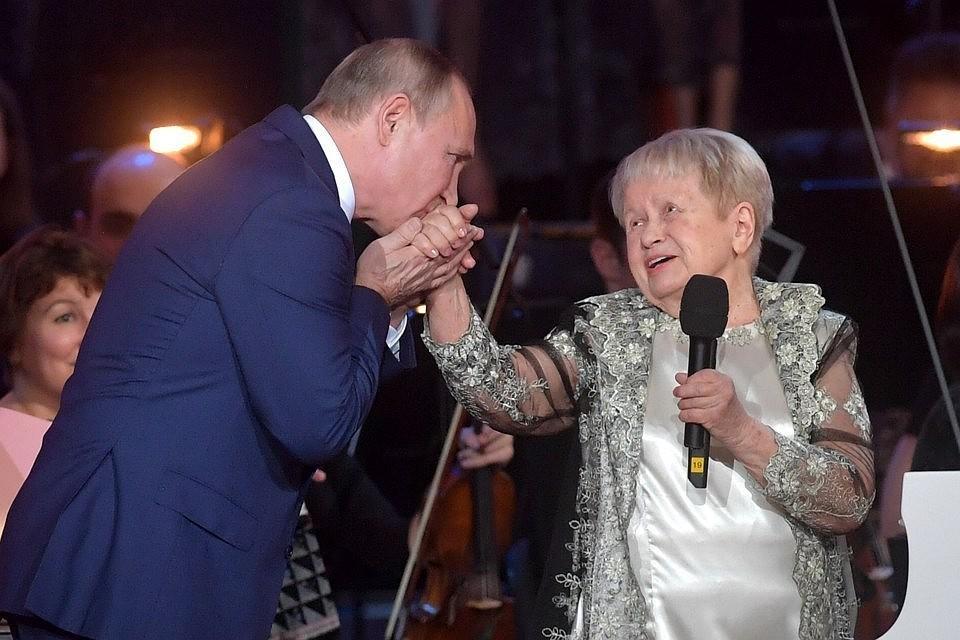 Путин поздравил Пахмутову с юбилеем на сцене Большого театра