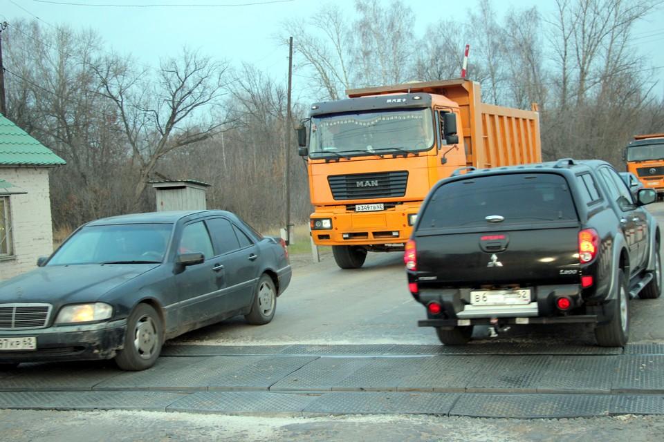 Сейчас на обоих переездах оживленное движение машин.