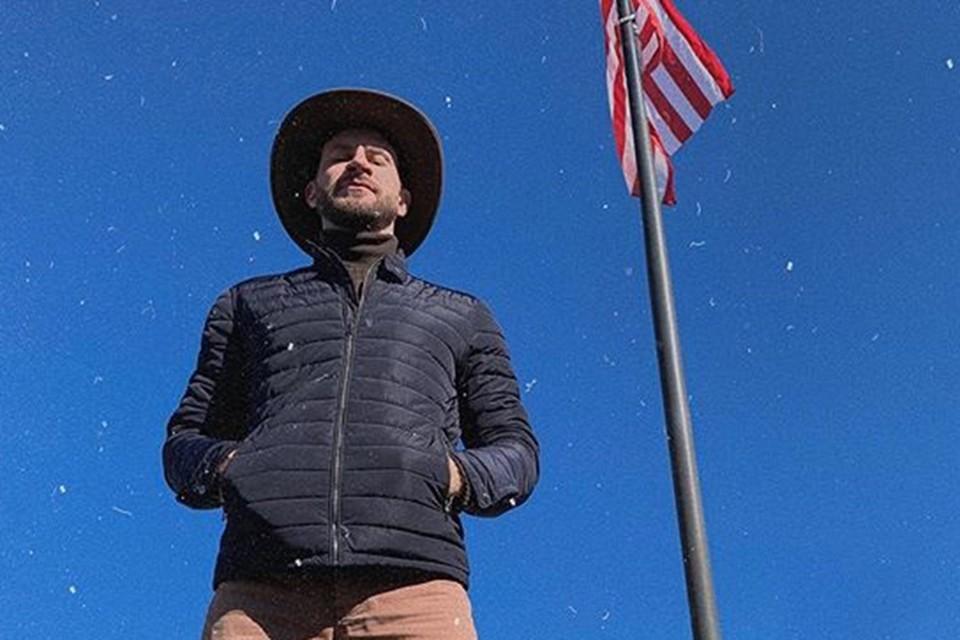 Известный белорус уже не первый раз путешествует по США, но впервые ночует на раскладушке в аэропорту Чикаго. Фото: Инстаграм
