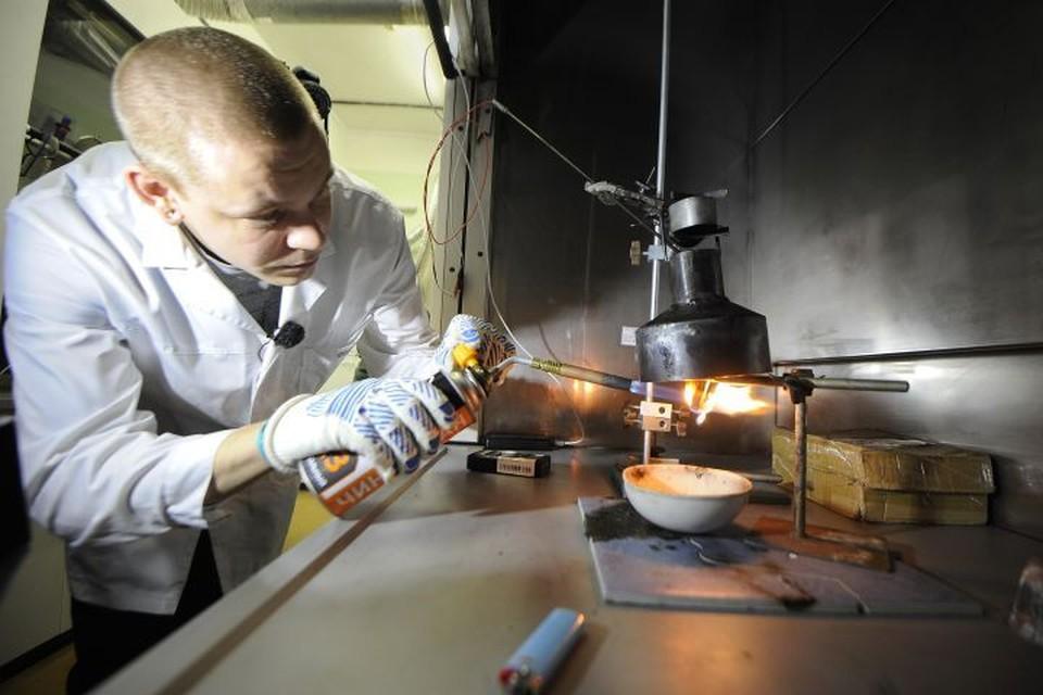 Поджигая вещество, из которого сделана искусственная хвоя, ученые смотрят, сколько угарного газа она выделяет при горении.