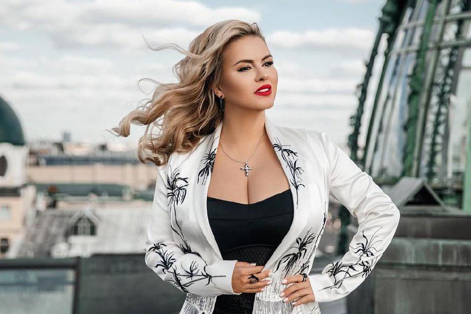 Аппетитные формы Анны Семенович не дают покоя фанатам