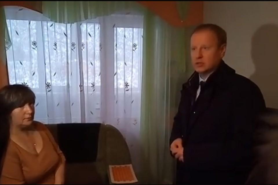 Томенко в квартире пожаловавшейся женщины. Фото: Дмитрий Негреев.